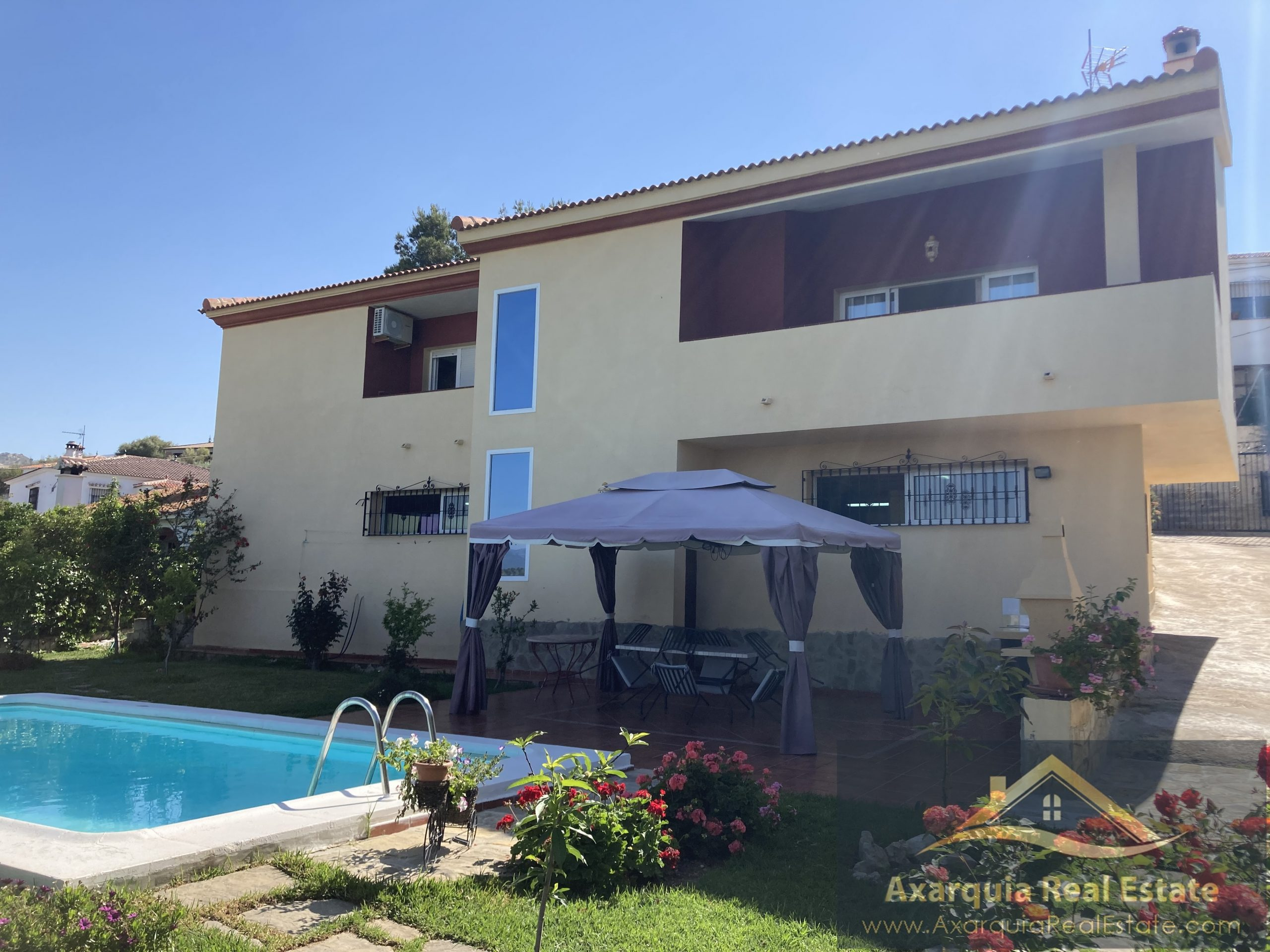 Villa in La Viñuela with 3 bedrooms, large underbuild, swimming pool and lovely views.