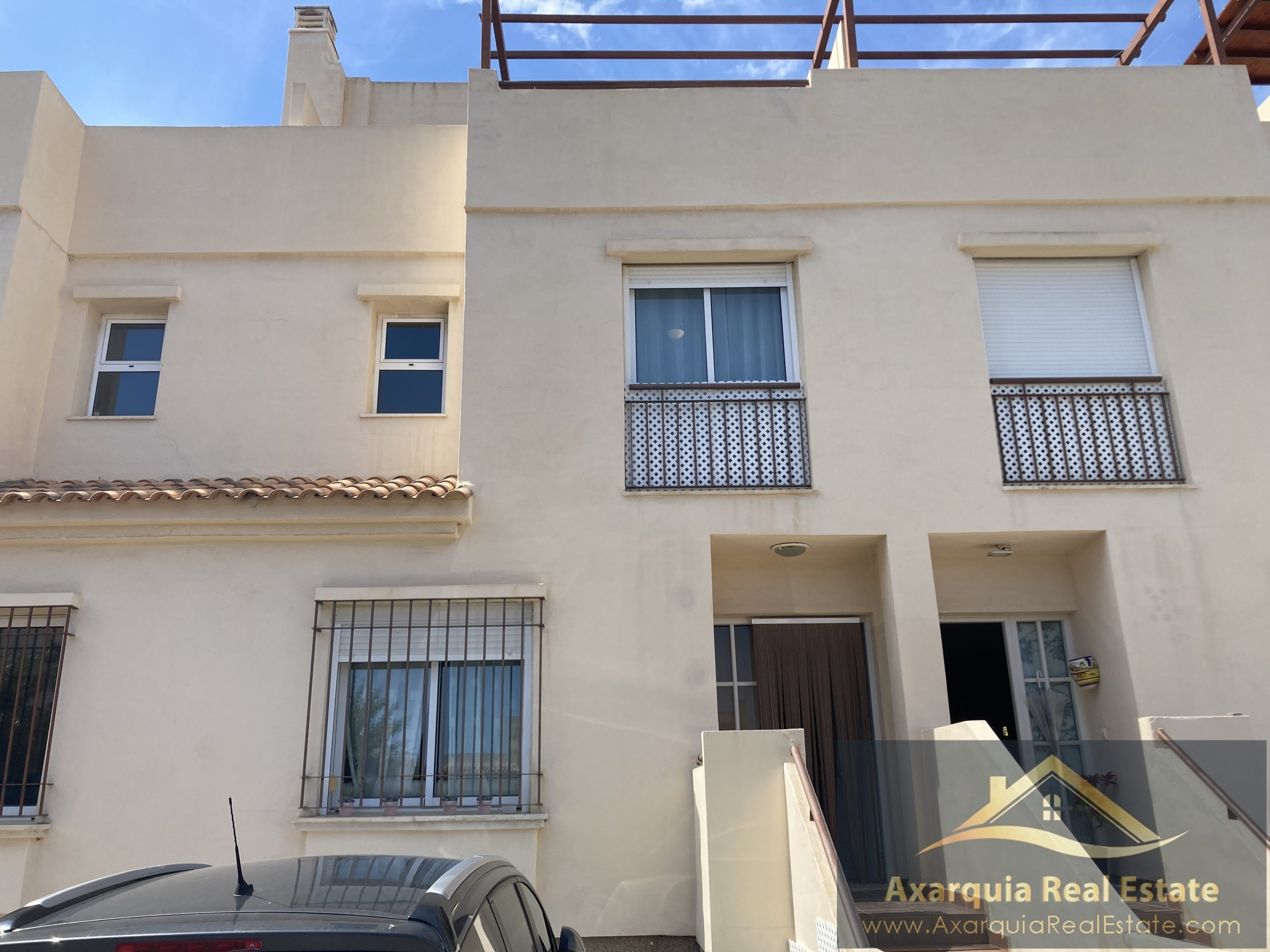 Townhouse in Valle Niza with views of the Mediterranean sea.