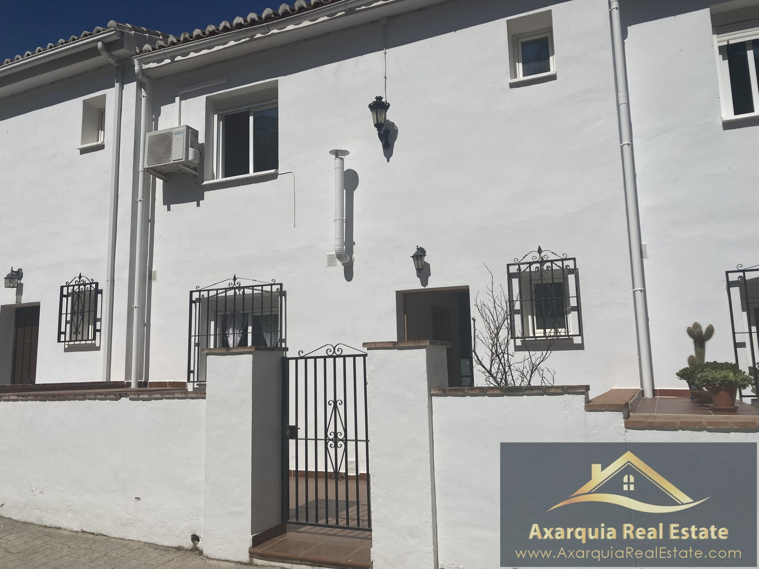 Townhouse in Los Romanes with communal swimming pool and fantastic views.